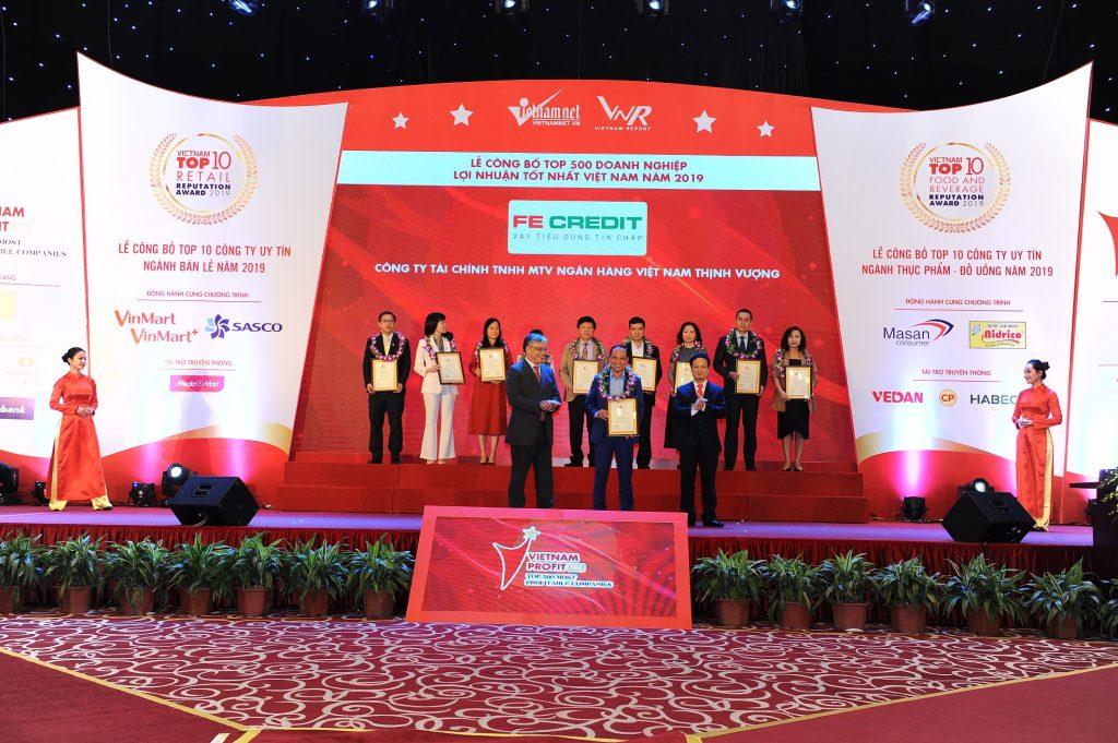 Ông Nguyễn Cường Thịnh - Trưởng văn phòng đại diện chi nhánh Hà Nội đại diện FE CREDIT nhận giải thưởng danh giá